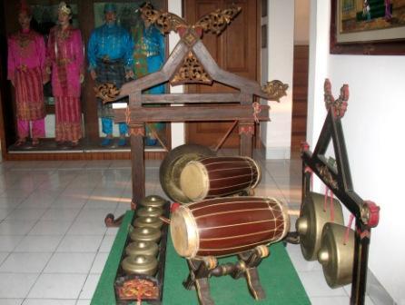 Sebagian alat musik tradisional Melayu dan contoh pakaian adat Melayu