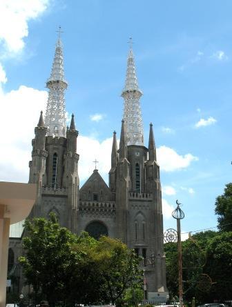 Gereja Katedral, Jakarta, terletak persis berhadapan dengan Masjid