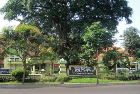 Rs lavalette, bangunan tua dengan pohon besar yang teduh